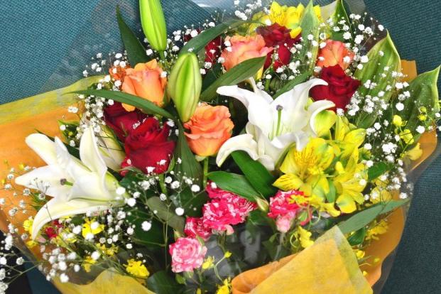 お花を贈るときに迷ったら…アレンジメントと花束